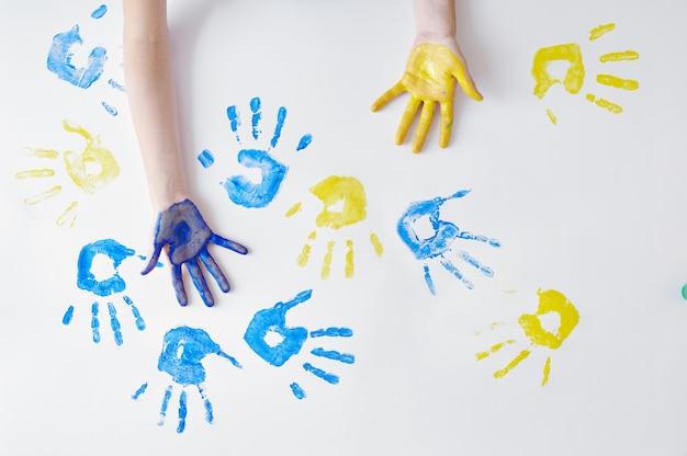 Детские руки, расписанные гуашью, художественная школа