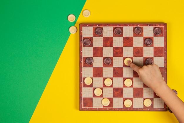 チェッカーを遊んでいる子供の手