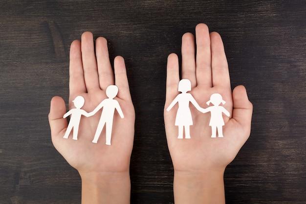 壊れた紙で子供の手カット家族
