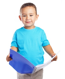 オープンノートブックを保持している子