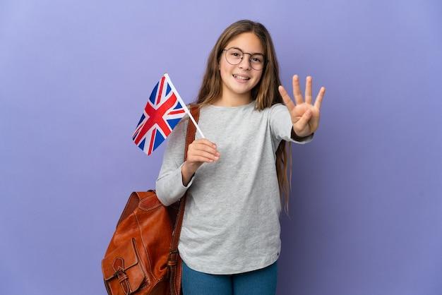 고립 된 배경 위에 영국 국기를 들고 행복하고 손가락으로 4를 세는 아이