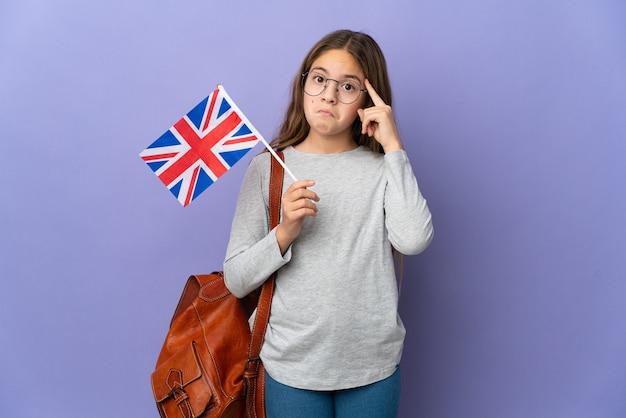 아이디어를 생각하는 격리 된 배경 위에 영국 국기를 들고 아이
