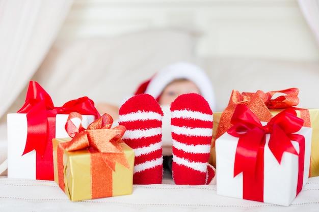 Ребенок держит рождественский подарок. рождественский праздник концепция