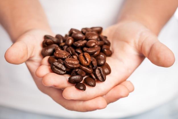 手にコーヒー豆を持っている子供