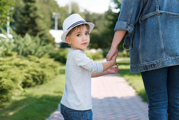 Ребенок держит руку матери