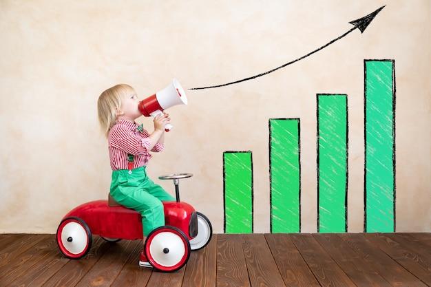 아이 들고 확성기. 빈티지 확성기를 통해 외치는 아이. 비즈니스 뉴스 개념