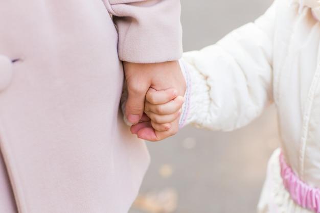 어머니의 손을 잡고 아이입니다. 손에, 손바닥에 있는 어머니의 사랑