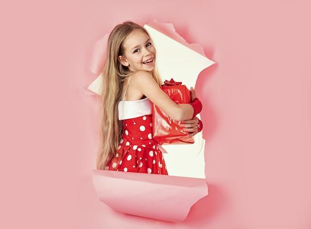 어린이 휴일, 선물, 어린 시절 및 사람들 개념. 선물 상자와 함께 웃는 어린 십 대 소녀