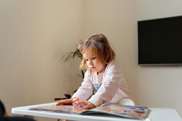 Деятельность детской домашней книги для игрового дизайна. счастливый умный ребенок. молодежь и образование. домашний школьник