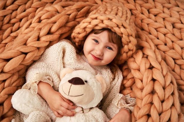 Ребенок в шапке на одеяле из натуральной овечьей шерсти
