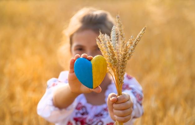 Ребенок в пшеничном поле. в вышиванке концепция дня независимости украины. выборочный фокус.