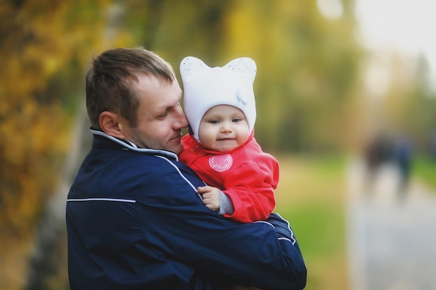 男の父の腕の中で子供