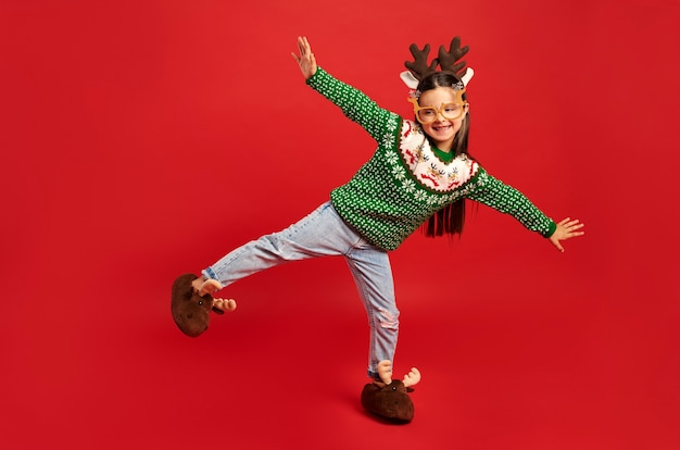 クリスマスの服を着た子供