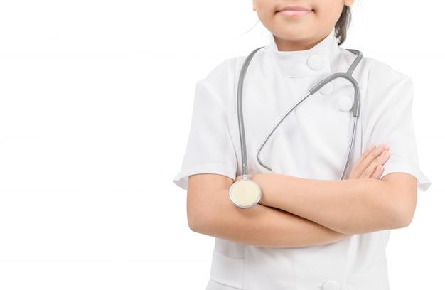 Ребенок в пальто доктора при стетоскоп изолированный на белой предпосылке.