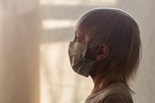 医療マスクの子。病院でサージカルマスクの小さな男の子。細菌を防ぐマスク