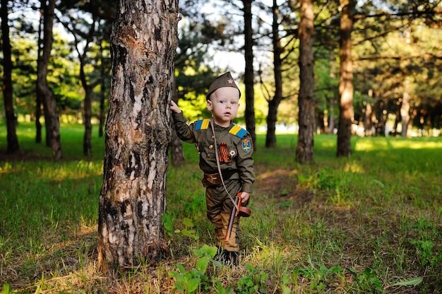 Ребенок в военной форме на природе
