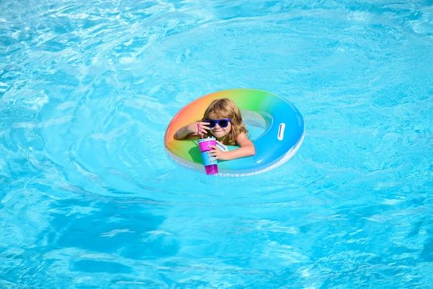 Ребенок в бассейне. детские пляжные развлечения.