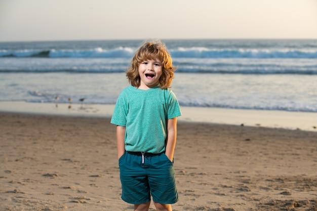 夏のビーチを歩いているtシャツの子供。驚いた驚きの子供たちの感情。