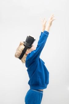Ребенок в очках vr протягивает руки вверх