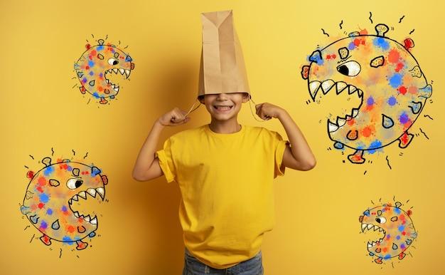 Ребенок боится атаки вируса covid19 и прячет голову в сумке для покупок