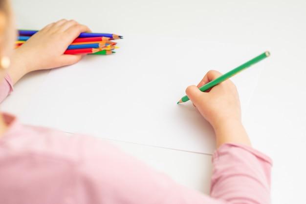 Ребенок рисует цветным карандашом