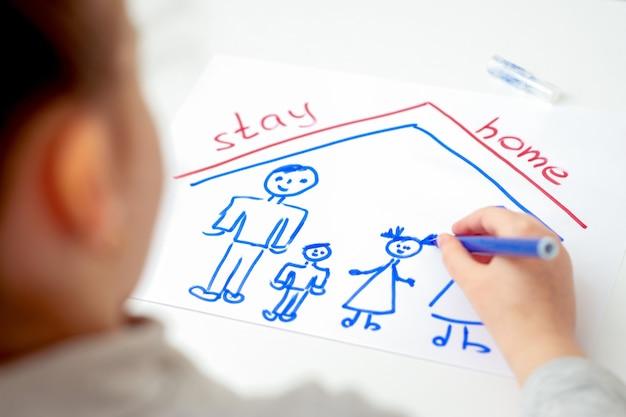 Ребенок рисует счастливую семью.