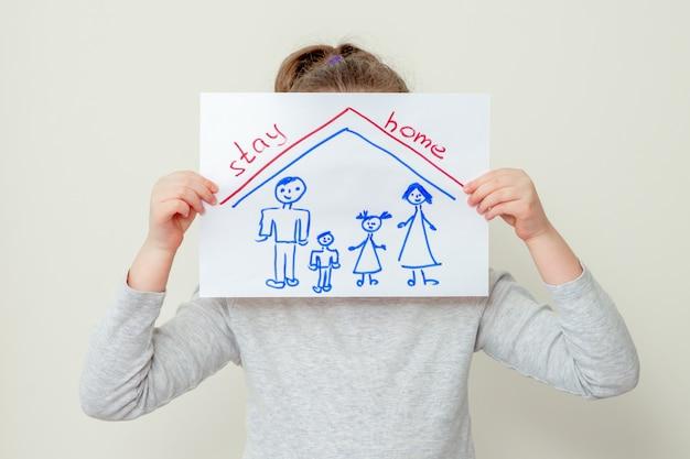 子供は家族の写真を持っています。
