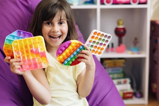 아이가 버튼으로 인기 있는 게임을 하고 있습니다. 스트레스 방지 장난감 교육용 어린이 게임이 터집니다