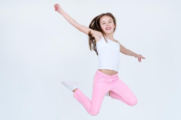 Ребенок прыгает высоко в ии на белой стене