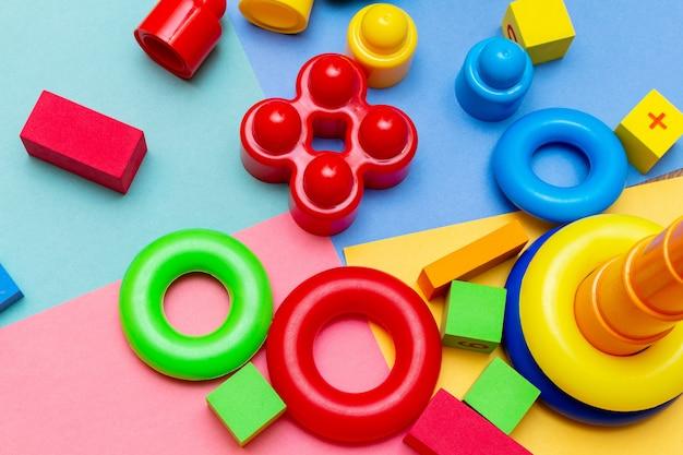 Ребенок, детские игрушки образования красочный фон с копией пространства. концепция детства младенчества детей младенцев