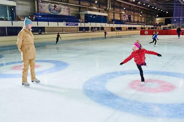 アイススケートを学ぶ子供