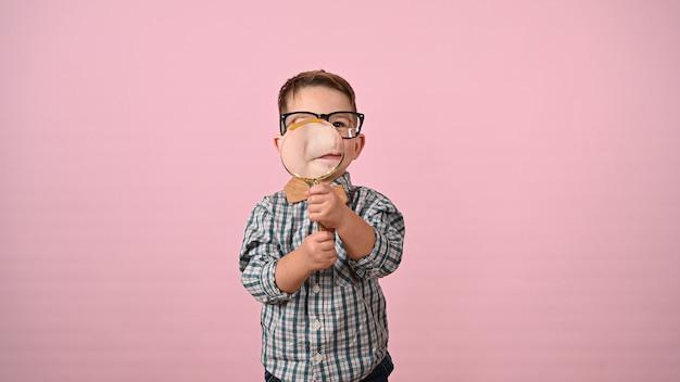 아이는 돋보기를 통해 보인다. 고품질 사진