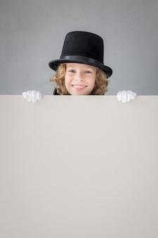 ポスター空白の後ろに隠れている子供の魔術師。