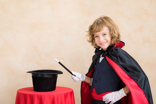 魔法の杖を持っている子魔術師。
