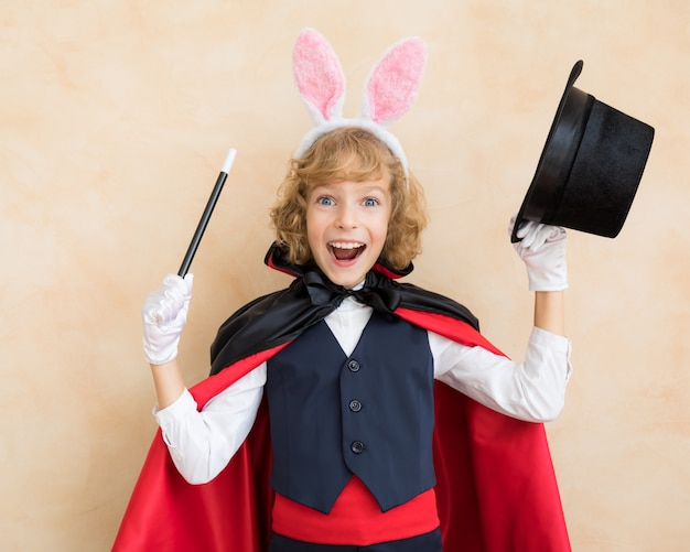 토끼 귀를 입고 어린이 마술사.