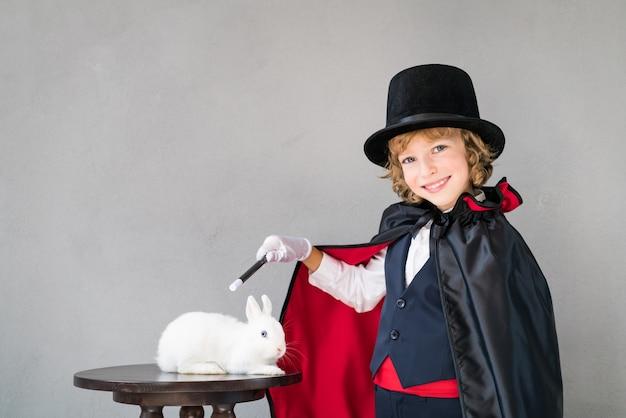 귀여운 토끼와 어린이 마술사.