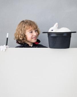 토끼 포스터 빈 뒤에 숨어있는 어린이 마술사.