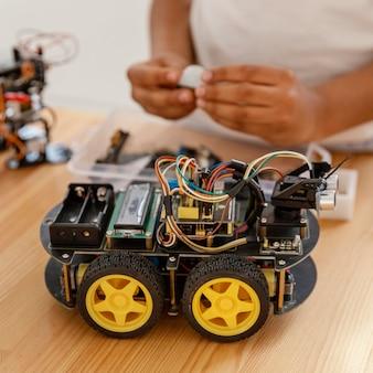 Bambino che fa robot da vicino Foto Gratuite