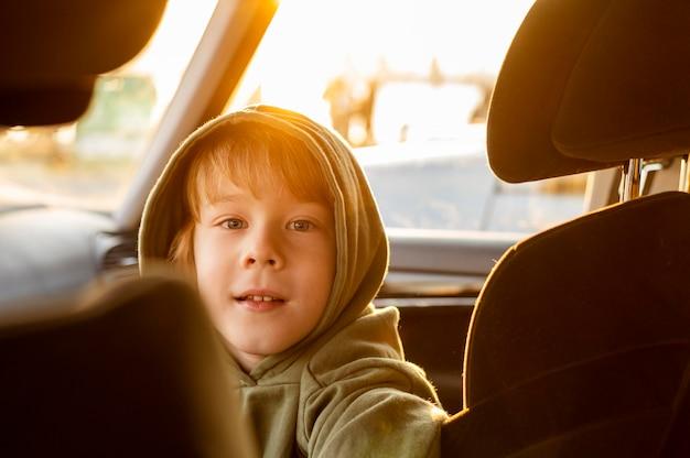 車の中でロードトリップ中の子供