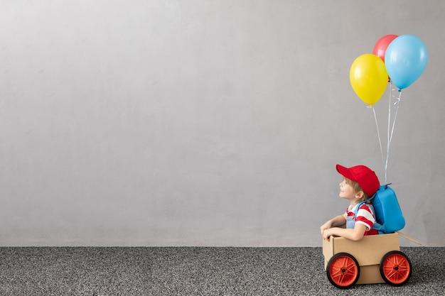 段ボール車の子。家で楽しんでいる子供。