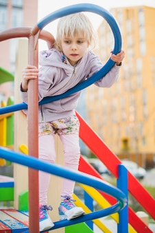 Ребенок на детской площадке снаружи