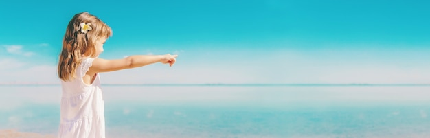 해변에서 아이. 바다 해안. 선택적 초점. 자연