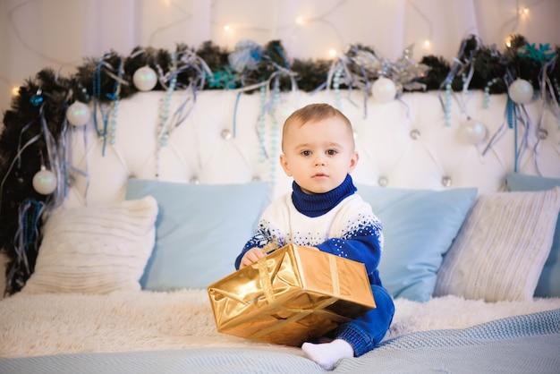 子供がクリスマスプレゼントを開く