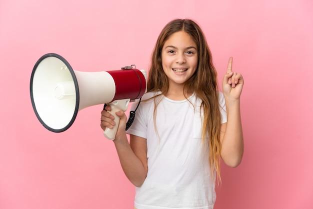 고립된 분홍색 배경 위에 있는 아이가 확성기를 들고 좋은 아이디어를 가리키고 있다
