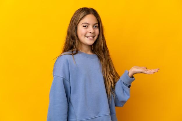 광고를 삽입하려면 손바닥에 가상 copyspace를 들고 고립 된 노란색 배경 위에 아이