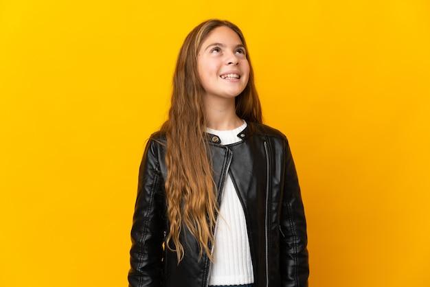Ребенок на изолированном желтом фоне смеется