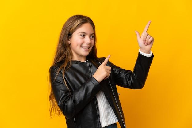 검지 손가락으로 가리키는 격리 된 노란색 배경 위에 아이 좋은 아이디어