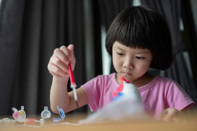 Ребенок рисует цвет на бумаге, концепция образования