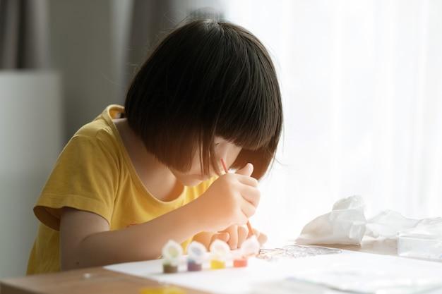 Цвет краски ребенка на бумаге, концепция образования