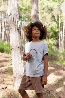 Bambino che partecipa a una caccia al tesoro